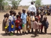 kenya-enfants-turkana-attendant-la-distribution-d-aide-alimentaire