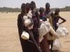 kenya-femmes-turkana-attendant-l-aide-alimentaire